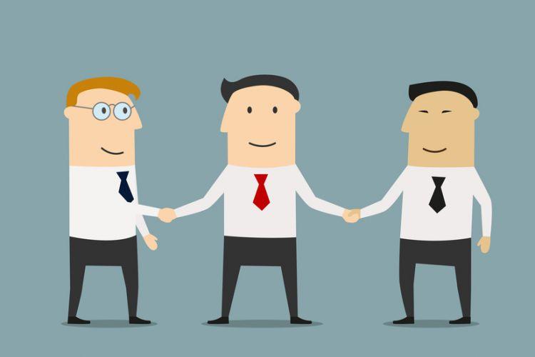 Trois hommes se serrant la main